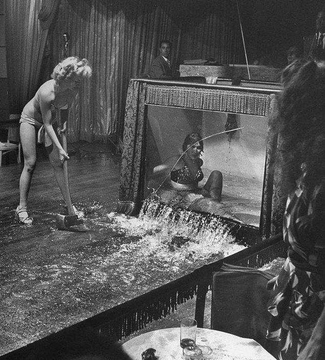 5. Kendi şovuna benzer bir şov hazırladığı için sinirlenen ve striptizcinin gösterisi sırasında içine girdiği suyla dolu tankı elindeki baltayla patlatan Evangeline Sylvas, 1949.