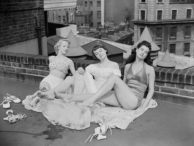 7. Genç Audrey Hepburn diğer dans kızları ile birlikte Cambridge tiyatrosunun çatısında, Londra, 1949.