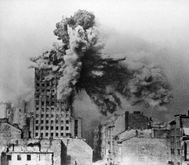 8. Varşova Prudential binasının iki tonluk Alman top mermisi ile vurulduğu an, 1944.