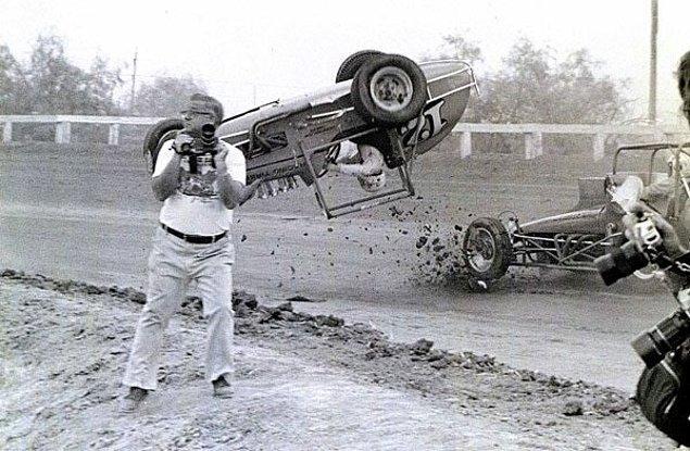 16. Fotoğraf çekmek için ilginç bir şeyler arayan bir fotoğrafçının arkasındaki kaza anı, 1976.