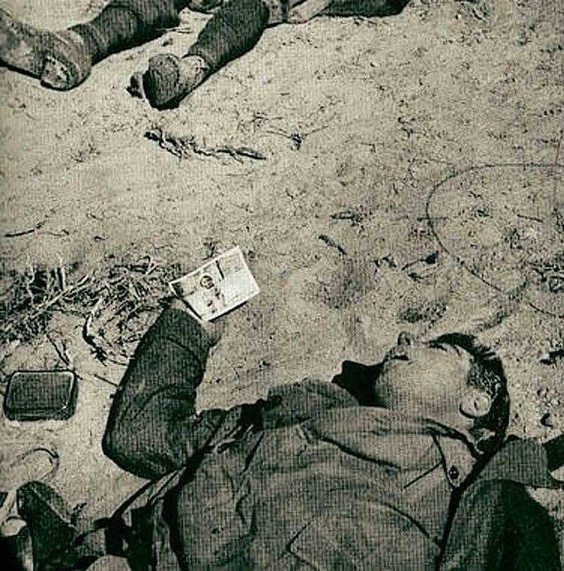 17. Elinde çocuğun resmini tutan ölmüş bir İtalyan askeri, II. Dünya Savaşı sırasında.