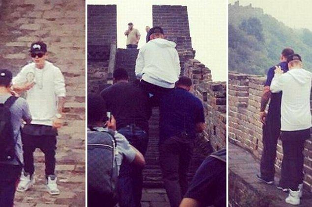 Bu fotoğrafta Justin Bieber korumaları tarafından Çin Seddi üzerinde taşınıyor, 2013.