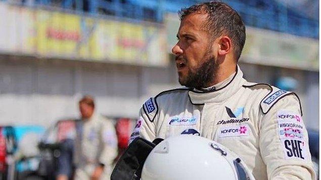 Genç oyuncu İzmir Ülkü Park'ta gerçekleşen V1 Challenge sezon açılış yarışının başında korkutan bir kaza geçirmiş ve yarışı yarıda bırakmak zorunda kalmıştı.