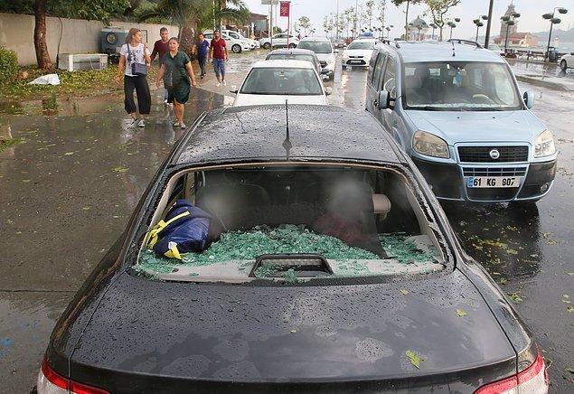 Bazı araçlar şiddetli dolu sebebiyle hasar gördü