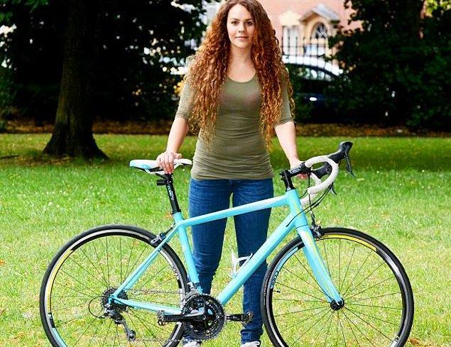 Jenni Morton-Humphreys adındaki bisikletçinin çok sevdiği mavi Cube yarış bisikleti Bristol şehir merkezinden çalındı.