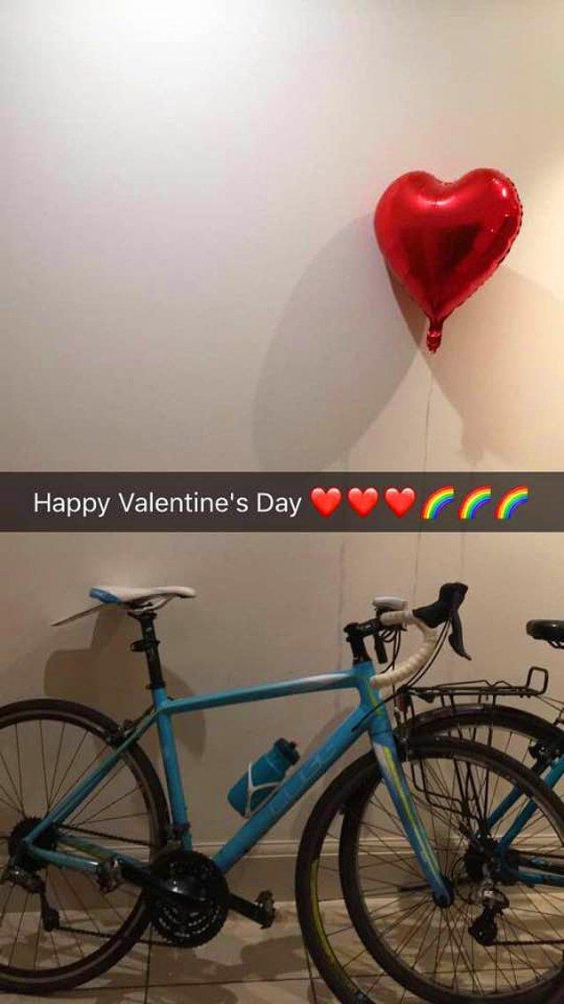 Gönderiyi paylaştıktan sonra 'beş dakika geçmeden' gruptan biri mesaj attı ve bisikletin Facebook'ta satılık ilanını gördüğünü söyledi.