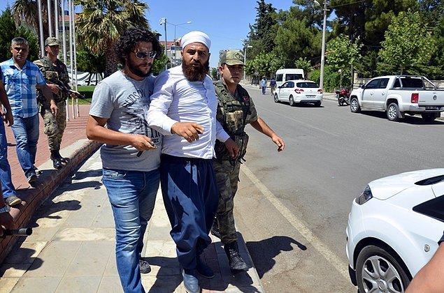 Saldırgan, heykelin yakınındaki İlçe Jandarma Komutanlığı'ndan çıkan askerler tarafından etkisiz hale getirilerek, polislere teslim edildi.