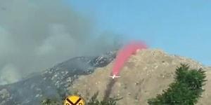 Alev Alan Dağın Yamacına Yangın Geciktiriciyi Büyük Bir Ustalıkla Serpiştiren Pilot