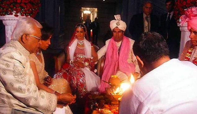 12. Hint düğünlerinde gelin ve damat için kutsal bir ateş yakılır.