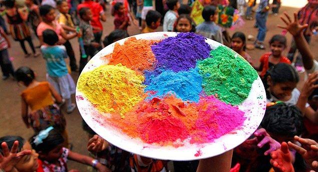 9. Holi Fest isimli bir festivalleri vardır. Binlerce insan renkli tozları birbirlerinin üzerine saçarak eğlenir.