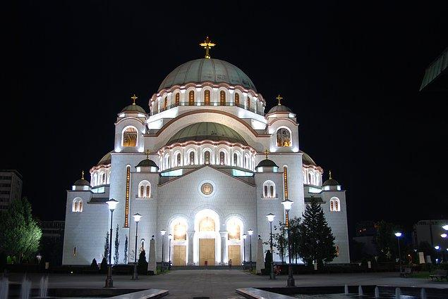 Savaşın inşasını böldüğü heybetli kiliseyi ziyaret edin.