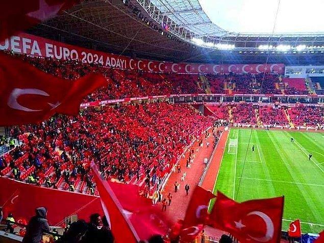 Eskişehir'de oynanan maçta 35 bin taraftar tribünleri doldurdu ve 90 dakika boyunca hiç susmadı.