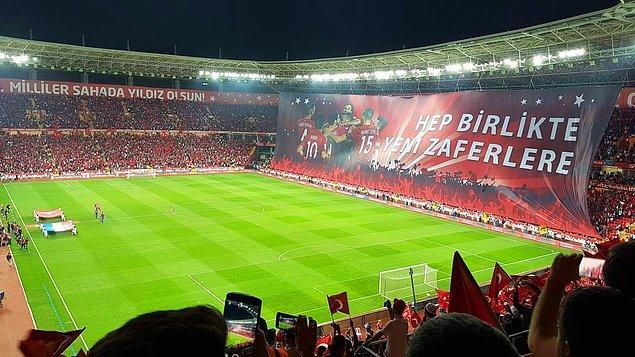 Eskişehir'de, İstanbul'da veya Konya'da oynanan milli maçlardan çok daha kaliteli bir tribün vardı.