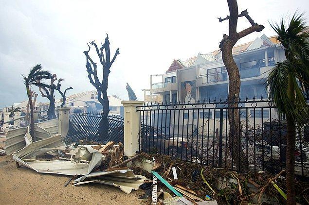 2. Aynı gün Fransız bir ada olan Saint Martin'de Marigot şehrindeki binalar zarar gördü, elektrik kaçağından yangın çıktı.