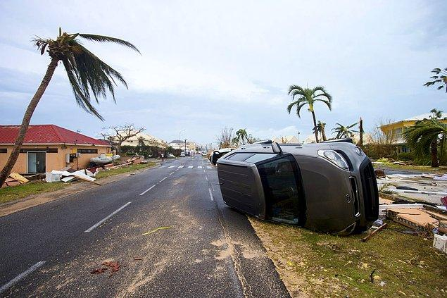 4. Saint Martin Marigot'ta şiddetli rüzgardan savrulmuş bir araç.