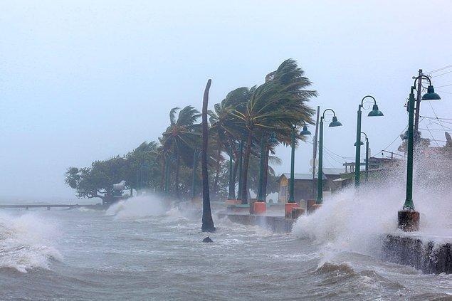 8. Irma Kasırgası'nın Porto Riko kıyılarına vuran büyük ve hasar verici dalgalar.