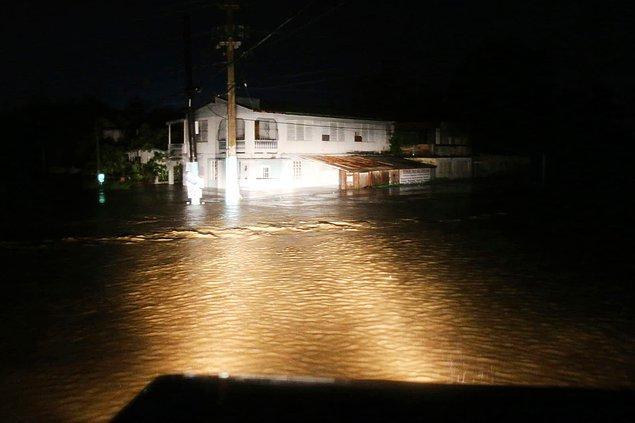 12. Kasırga sonrasında belediye ekipleri zarar gören evleri ve lokasyonları inceledi.
