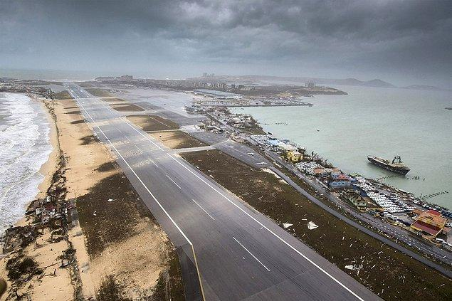 13. Saint Martin'in Hollanda'ya ait bölgesinde bulunan Princess Juliana Havalimanı ve Simpson Bay Plajının son hali.