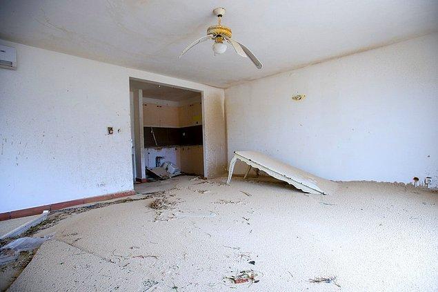 21. Irma Kasırgası sonrasında birçok evin içi kumla doldu.
