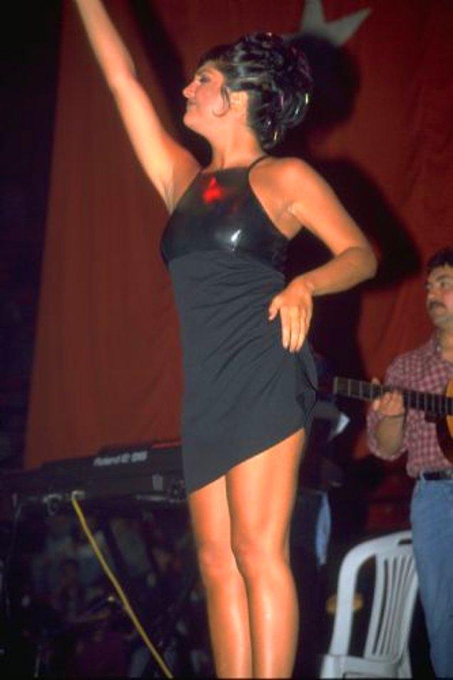 1. Sibel Can'ın sahne aldığı Polis Balosunda elbisesini yukarı doğru çekiştirmesi