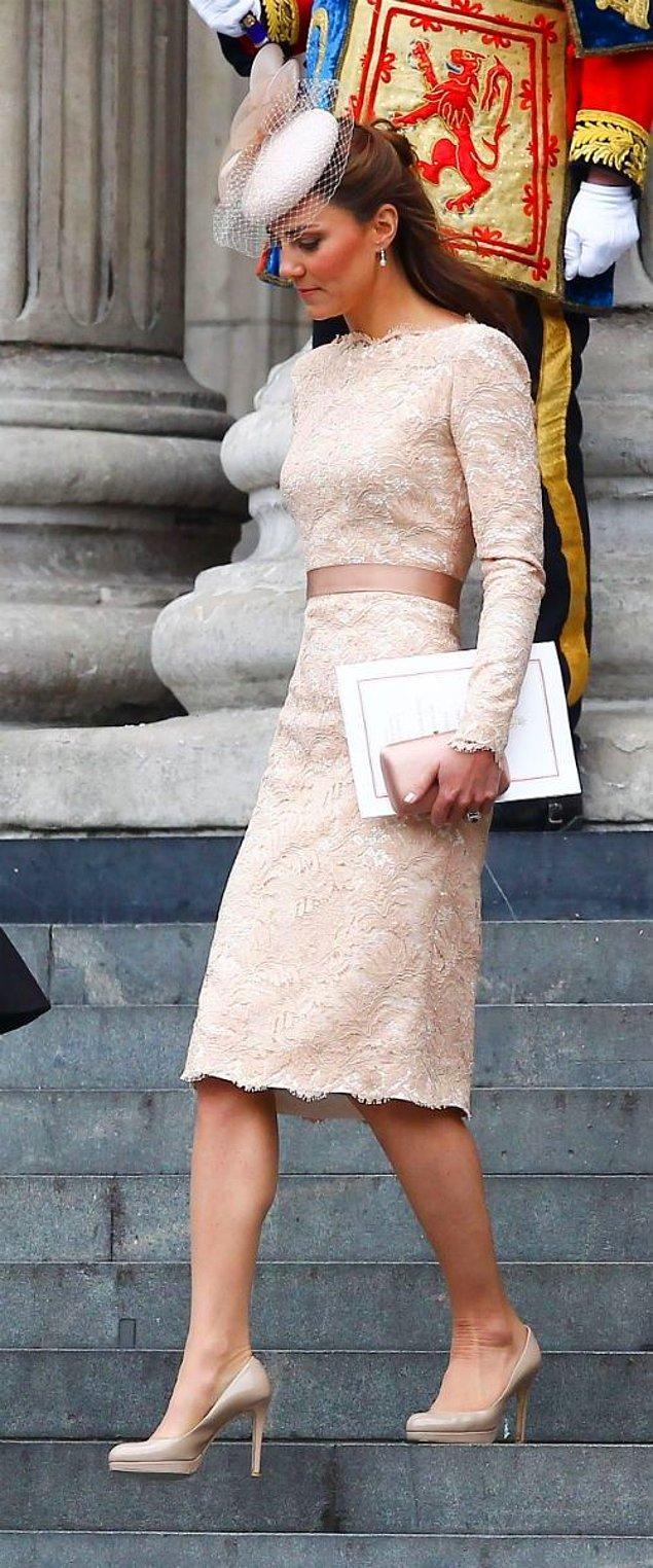 2. Kıyafetlerini ve aksesuarlarını çoğunlukla tek bir renk tonunda seçiyor ve böylece elegant bir görünüm elde ediyor.