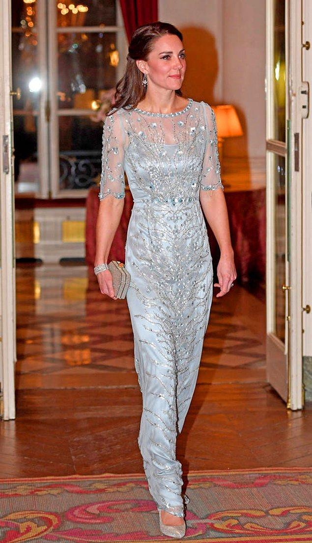 3. Özel davetlerde özel işlemeli elbiseler giymekten çekinmiyor.