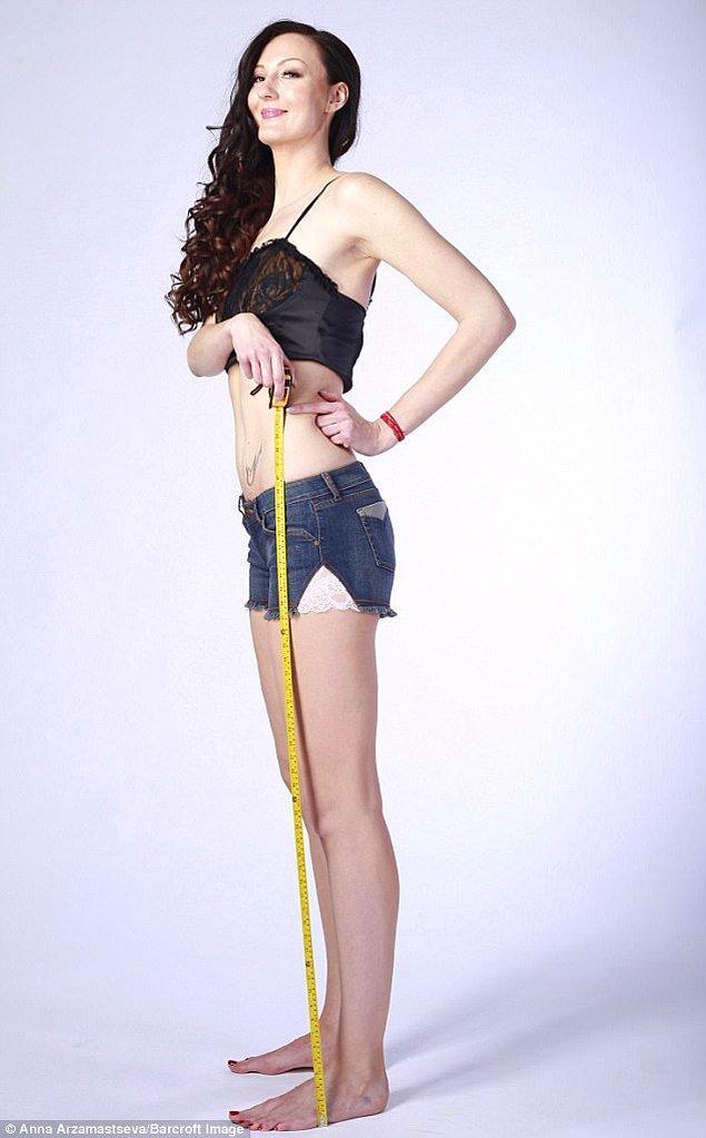 29 yaşındaki modelin sol bacağı 132.8 cm, sağ bacağı 132.2 uzunluğunda.