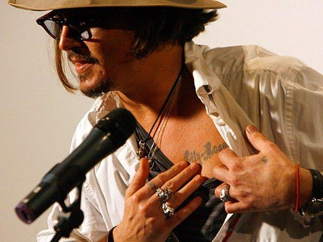 Johnny Depp de kızına olan sevgisini kalbinin üzerine yazdırdığı Lily-Rose'la bir kez daha göstermişti.