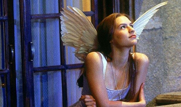 6. Romeo + Juliet'te adeta Juliet'in saflığına vurgu yapan bembeyaz elbisesi.