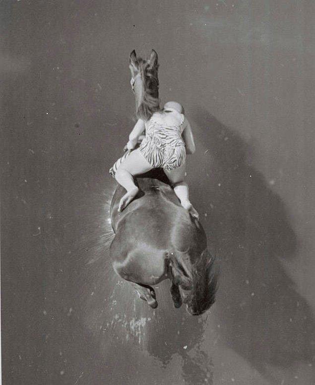 9. Dimah ve binicisi Ann Eastern 1960 yılında 25'den suya dalıyor.