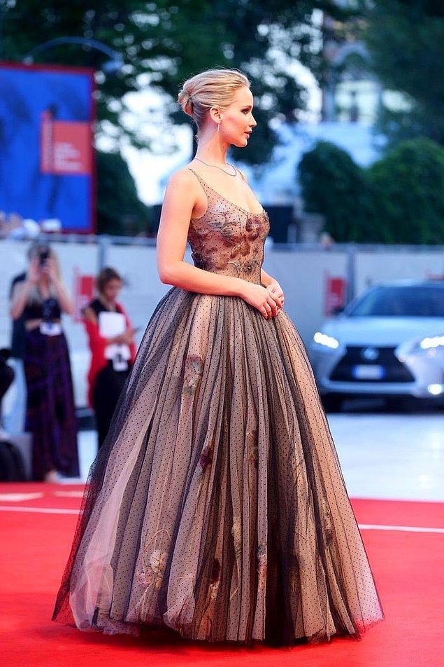 14. Jennifer Lawrence da masallardan fırlamış gibi bir elbise ile Venedik Film Festivali'nde süzüldü.
