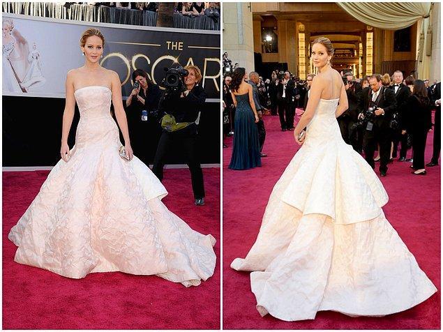 """1. Ve zirvenin sahibi Jennifer Lawrence! 2013 yılında """"En İyi Kadın Oyuncu"""" dalında Oscar ödülünü alırken giydiği Dior imzalı bu elbisenin fiyatı tamı tamına 4.000.000$!"""
