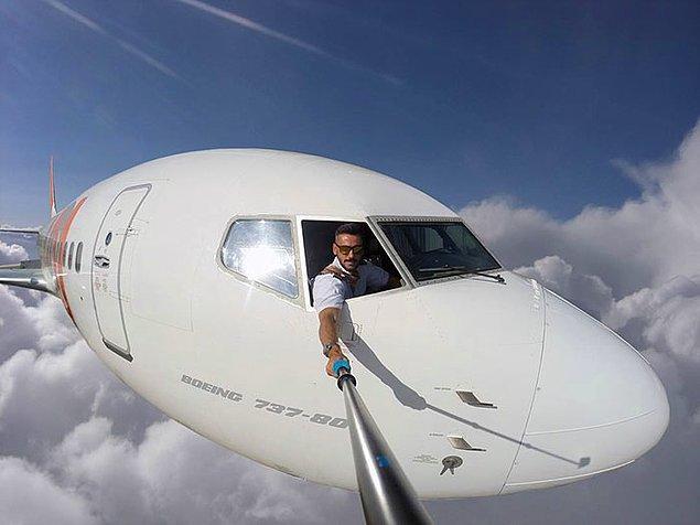 Tabii ki hayır. Yakışıklı pilotumuz bu görüntüleri photoshop ile elde ediyor.