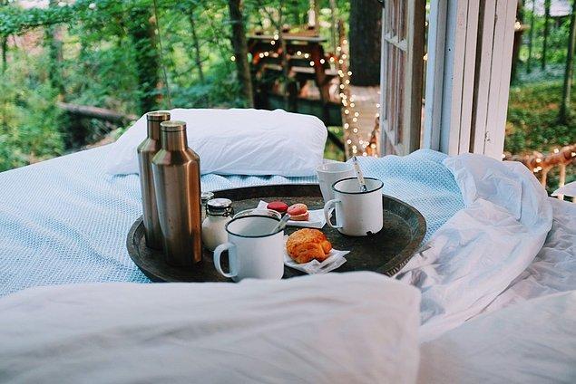 15. Kahvaltı depresyonun da ilacıdır aslında, biri yatağınıza şöyle şık bir tepsiyle gelsin de depresyon falan kalıyor mu siz düşünün!