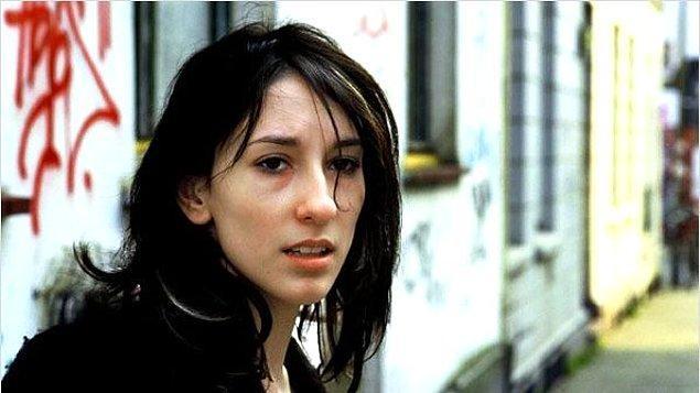 Fatih Akın'ın Duvara Karşı filminde rol aldıktan sonra fazlaca takdir toplasa da, daha önce pornografik filmlerde oynadığı ortaya çıkınca Türkiye'de itibarı zedelendi.