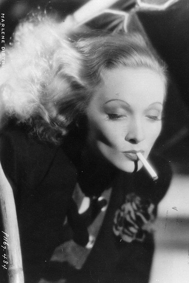 2. Marlene Dietrich fotoğraf çekiminde saçları pırıl pırıl görünsün diye peruğuna dökülen sahte simler yerine gerçek altın tozu kullanmakta fazlasıyla kararlıydı. 🏆👸