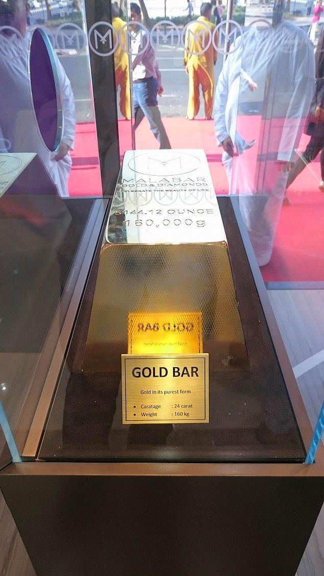 7. Bir dükkanın vitrinindeki 160 kiloluk altın külçesi. Evler böyle dekore ediliyor yani. 😮🤑