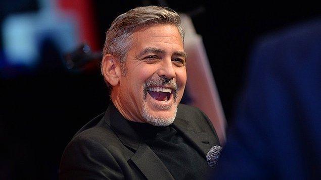 George Clooney ise bildiğiniz gibi: Yılların eskitemediği, oyunculuğuyla ve karizmasıyla herkesi her zaman kendine hayran bırakan bir afet-i devran.