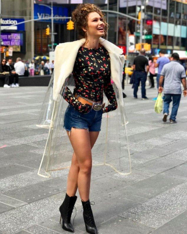 1. Bu sezon her yerde göreceğiniz plastik trenchcoat modasını es geçmeyen Melisa Şenolsun da oradaydı