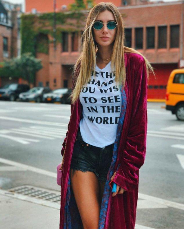 2. O'nsuz tabii ki moda haftası olmazdı. Sloganlı tişörtü ve şarap rengi, kadife kimonosuyla Şeyma Subaşı