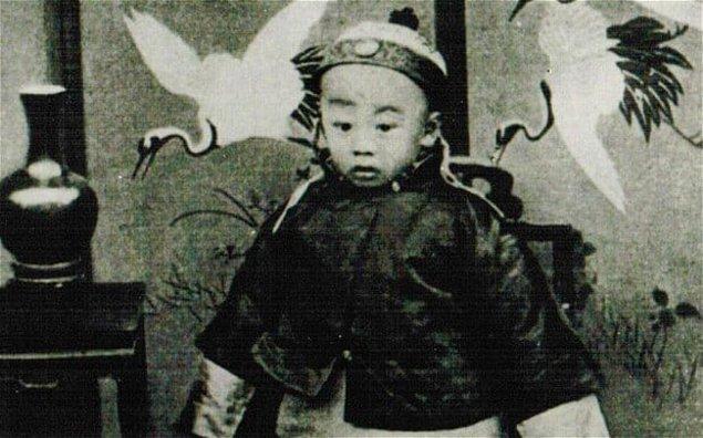 9. Son Çin İmparatoru Puyi, Komünist rejimin ardından hayatının son yıllarını sıradan bir insan olarak geçirmiş, hatta çöpçülük dahi yapmış.