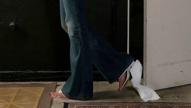 10. Ayağınıza takılan tuvalet kağıdıyla tüm gün yürümek.