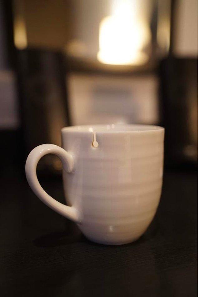 6. Çay poşetinizin ipini memnuniyetle tutmaya hazır bu kupa.