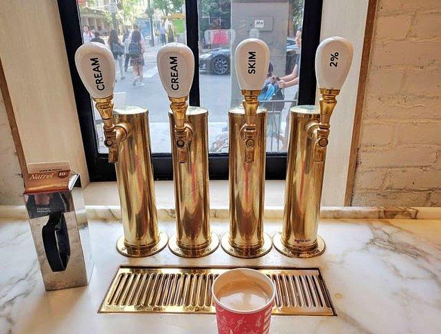 10. Bira fıçısı tapalarını süt ve krema dağıtmak için kullanan kahveci.