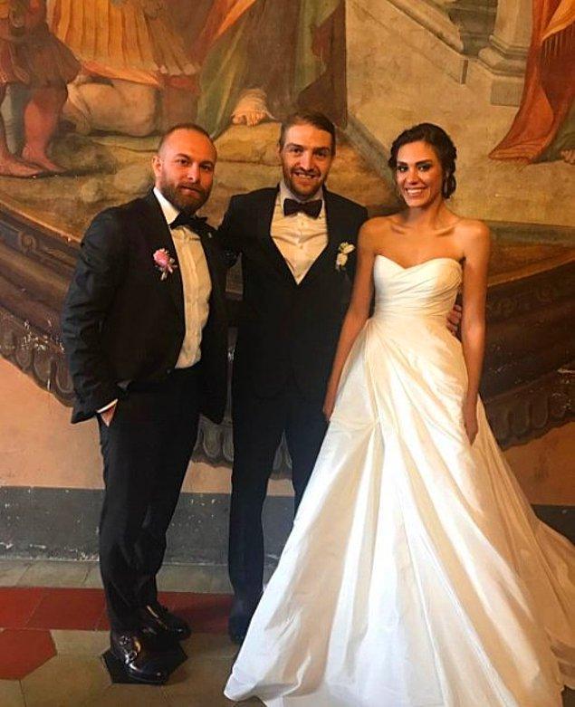 1. Şükran Ovalı ve Caner Erkin çifti Roma'da 10 kişinin katıldığı bir törenle evlendi. Şükran Ovalı düğününde oldukça sade bir gelinlik tercih etti.