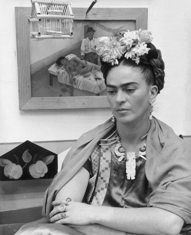 Dış görünüşüyle, duruşuyla ve sanatıyla genel geçer birçok şeye karşı gelmiştir Frida!