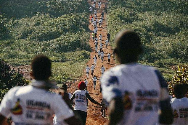 Uganda'da ise bir uluslararası maratonun unutulmaz fotoğraflarını çekmişti.