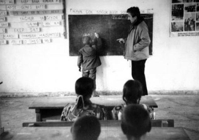 1964-1966 yılları arasında Muş'un Malazgirt ilçesinin en uzak köylerinden biri olan Fenek'te öğretmenlik yaptı.