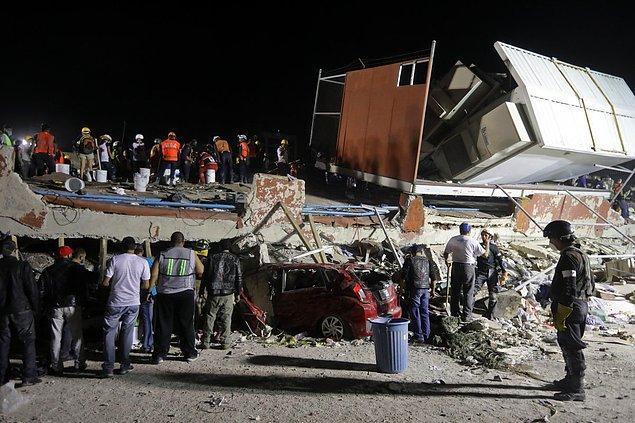 Colonia Obrera adlı bölgede depremden önce 4 katlı bir bina olan bu enkazdan kurtarma çalışmaları başlamış...