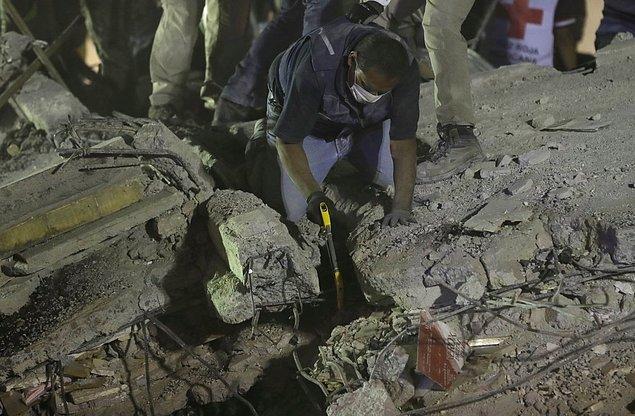 Bir cankurtaran başkentteki Piedad Narvarte mahallesinde enkaz altında hayatta kalanları bulmaya çalışıyor.